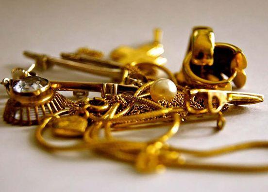 Мужчина воровал золото у собственной сожительницы