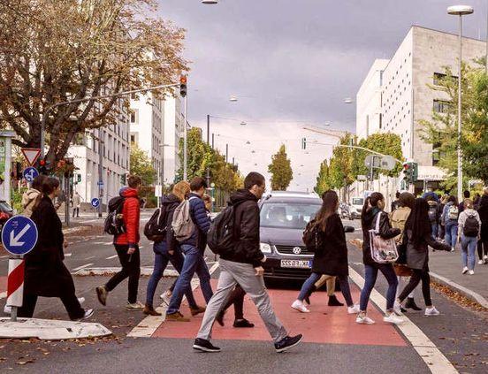 Fußweg zum Campus: Studenten sorgen jeden Morgen für Verkehrschaos