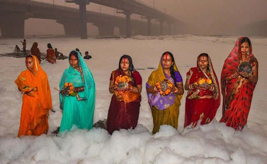 https://in.avalanches.com/new_delhi_for_chhath_puja_devotees_stand_kneedeep_in_toxic_foam_in_delhis_yamuna9902_04_11_2019