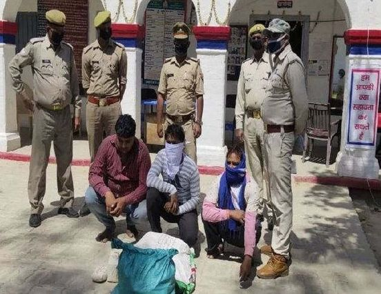 https://in.avalanches.com/lucknow__police_in_fatehabad_area_on_saturday_night_caught_three_people_making40125_30_03_2020