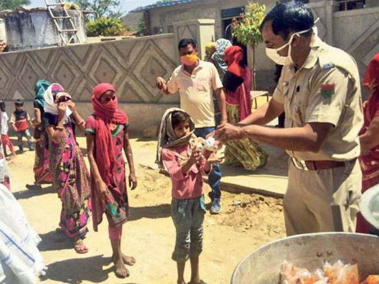 https://in.avalanches.com/jaipur_forest_guards_helping_needy_not_disclosing_names_inspirational_stori40585_01_04_2020