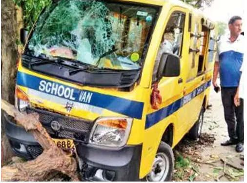 https://in.avalanches.com/jaipur_school_van_collided_with_dividers12344_17_11_2019