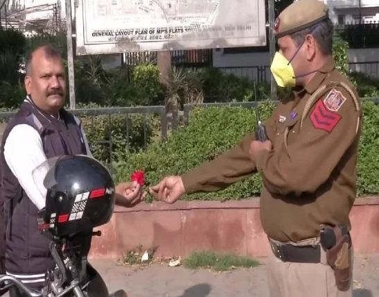 https://in.avalanches.com/delhi_police_gave_flowers_to_those_who_came_out_during_janta_curphew38045_23_03_2020