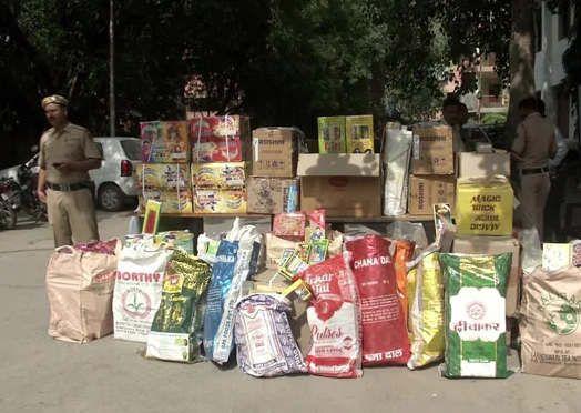 https://in.avalanches.com/delhi_with_around_700_kg_illegal_firecrackers_man_arrested_in_delhi7352_23_10_2019