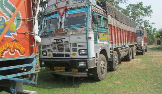 https://in.avalanches.com/delhi_holding_two_mini_trucks_carrying_laborers39870_29_03_2020