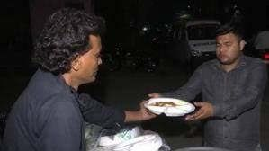 https://in.avalanches.com/delhi_the_person_feeding_the_family_of_the_injured_outside_the_hospital32962_28_02_2020