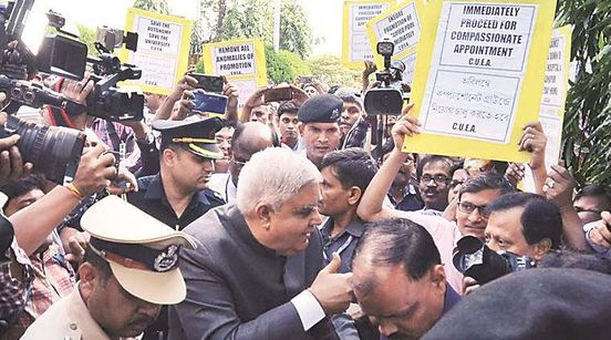 https://in.avalanches.com/kolkata_chancellor_dhankhar_reached_calcutta_university_and_vicechancellor_was_not_present_to_receive_govern15854_05_12_2019