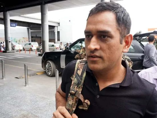 https://in.avalanches.com/kolkata_dhoni_caught_in_trouble_at_the_airport_another_person_walked_away_with_a_bag16745_10_12_2019