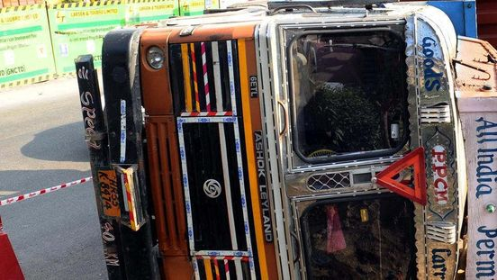 https://in.avalanches.com/kolkata_10_injured_one_dead_after_truck_falls_into_river5721_12_10_2019