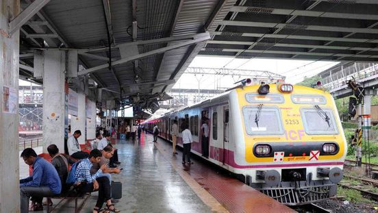 https://in.avalanches.com/mumbai_a_mobile_theft_while_escaping_was_run_over_by_the_local_train12477_18_11_2019