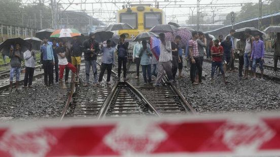 https://in.avalanches.com/mumbai_alert_motorman_saved_a_commuter_after_he_fell_from_the_running_train9688_03_11_2019