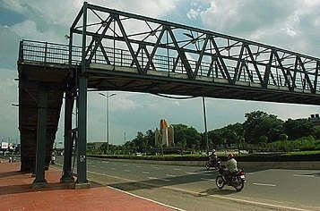 https://in.avalanches.com/mumbai_mahims_foot_over_the_bridge_which_was_declared_dangerous_for_pedestrians_is_taken_down10321_06_11_2019