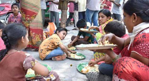 https://in.avalanches.com/bengaluru__at_tollgate_police_arranged_food_for_laborers_who_were_travelling_in_40619_01_04_2020