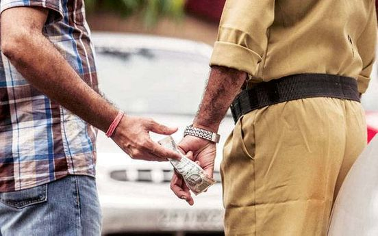 https://in.avalanches.com/ahmedabad_traffic_police_officials_arrested_for_taking_a_bribe_of_rs_20014084_26_11_2019