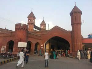 https://pk.avalanches.com/lahore_passengers_stop_train_from_leaving_lahore_railway_station9735_03_11_2019