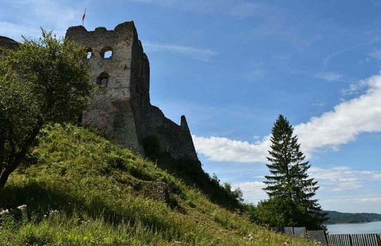 Zamek znajduje się w Polsce na granicy ze Słowacją, z okien widać Dunaj.