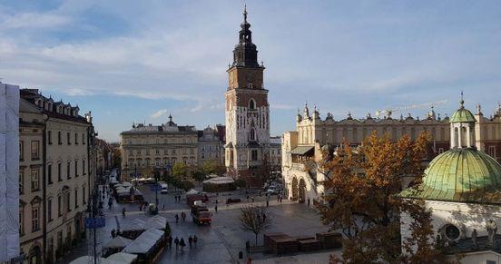 """<p><strong style=""""color: rgb(161, 0, 0);""""><em>Rynek jest praktycznie głównym miejscem w Krakowie, gdzie gromadzą się turyści, gdzie rozpoczynają się wycieczki konne, gdzie można wędrować po przytulnym Starym Mieście. W rzeczywistości obszar ten nie jest zbyt duży, a dla mnie osobiście - wyjątkowo komfortowo.</em></strong></p>"""