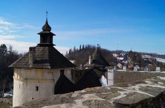 """<p><strong style=""""color: rgb(240, 102, 102);""""><em>U podnóża Gór Penińskich w najbardziej na południe wysuniętej części Polski, na prawym brzegu Dunaju, wznosi się Zamek Nedzica, znany również jako Zamek Dunajca. Został założony przez węgierskich potentatów w latach 1320–1326, jako twierdza graniczna, na miejscu starej cytadeli.</em></strong></p><p><br></p><p><strong style=""""color: rgb(102, 163, 224);""""><em>Od czasu budowy zamek stał się ważnym ośrodkiem stosunków polsko-węgierskich. W 1412 r. Pieniądze przeznaczone dla króla węgierskiego Zygmunta, zgodnie z umową między nim a Polską, zostały dostarczone do twierdzy Nędzica. Po spłaceniu pożyczki polski król, zgodnie z obietnicą, zwrócił 16 miast regionu Spisz, przekazanych mu przez Zygmunt jako gwarancję.</em></strong></p>"""