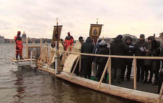 Более 25 тысяч человек окунулись в воду в День Богоявления в Санкт-Пет
