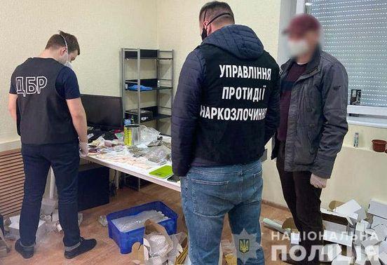 https://ua.avalanches.com/khmelnytskyi__komandyry_dnsn_kozhnoho_misiatsia_prodavaly_10_kh_narkotykiv_dvoie_posadov74346_11_04_2020