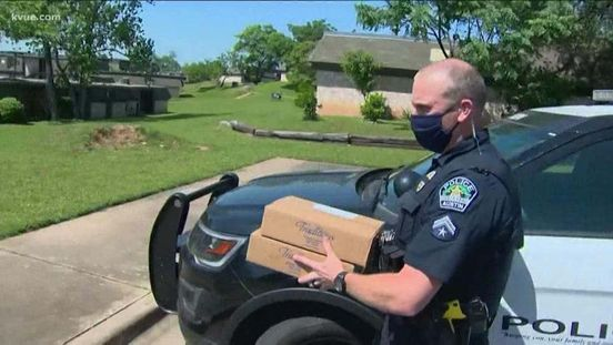 https://us.avalanches.com/austin_austin_policemen_are_helping_in_delivering_meal_to_elderly_and_disable160069_26_04_2020