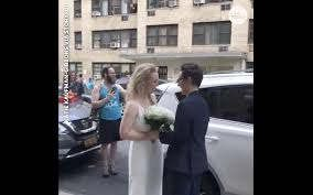 https://us.avalanches.com/new_york_city__two_brides_get_married_in_the_street_of_new_york_during_pandemic_glob38534_24_03_2020