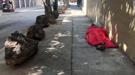 https://us.avalanches.com/san_francisco_san_francisco_neighbors_are_erecting_rocks_to_hold_the_homeless_away2663_27_09_2019